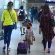 Títi, filha de Bruno Gagliasso e Giovanna Ewbank, chama a atenção por carregar a própria mala no aeroporto