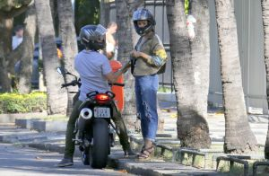 Sophie Charlotte e marido, Daniel de Oliveira, curtem passeio de moto. Fotos!