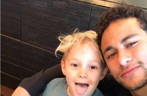Neymar se derrete ao mostrar carta que ganhou de Davi Lucca: 'Pai, você é lindo'