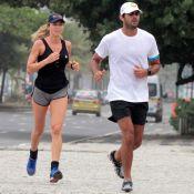 Grazi Massafera corre de shortinho na praia com o namorado, Patrick Bulus