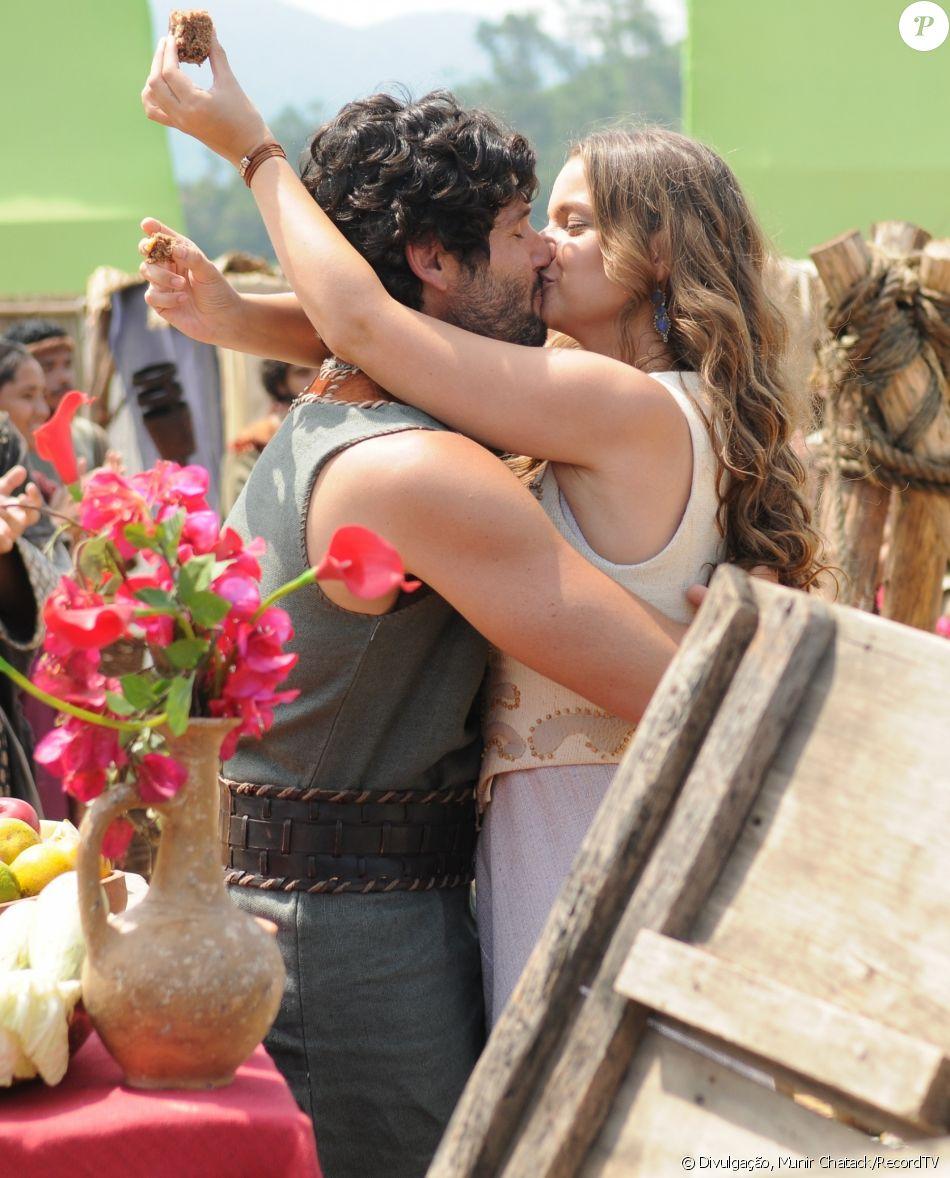 Após passagem de sete anos, Joana (Milena Toscano) demonstra seu amor por Asher (Dudu Azevedo), no capítulo de segunda-feira, 27 de março de 2017, da novela 'O Rico e Lázaro'