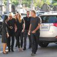 Xuxa conversa com familiares antes de entrar no velório do pai