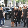 Sasha Meneghel e Xuxa chegam ao velório acompanhadas de familiares e com seguranças
