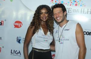 Nando Rodrigues curte pré-Carnaval em Vitória (ES) e posa ao lado de atriz