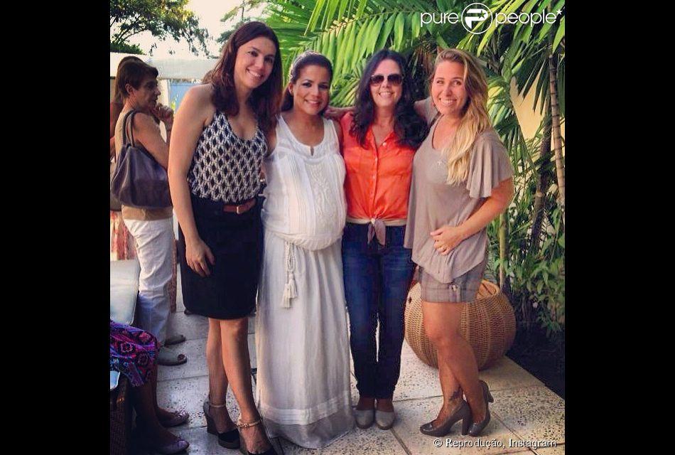 Nivea Stelmann recebeu o carinho das amigas no chá de fraldas que organizou no sábado, 22 de fevereiro de 2013, para comemorar a chegada da filha, Bruna