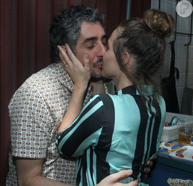 Leticia Colin beija o namorado, Michel Melamed, em festa em comemoração da exibição do primeiro capítulo da novela 'Novo Mundo', na noite desta quarta-feira, 22 de março de 2017