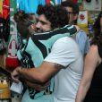Leticia Colin abraça o ator Caio Castro, seu par romântico na novela 'Novo Mundo'