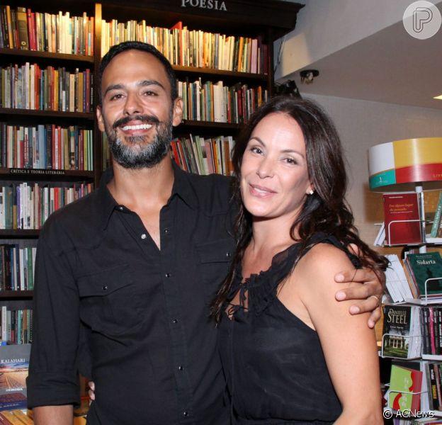 Carolina Ferraz diz sobre relacionamento com o empresário Marcelo Marins: 'Quando vimos, estávamos casados'. A atriz conversou com colunista Bruno Astuto, da revista 'Época' em 25 de fevereiro de 2014