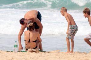 Fernanda Lima troca beijos com Rodrigo Hilbert em dia de praia com filhos. Fotos