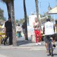 Justin Bieber usou uma calça moleton e deixou a cueca à mostra em passeio na praia