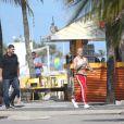 Sem camisa, Justin Bieber circulou pelas areias de Ipanema, Zona Sul do Rio, e cumprimentou os fãs