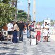 Justin Bieber deixou parte da cueca à mostra enquanto caminhava na orla de Ipanema, Zona Sul do Rio