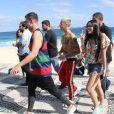Sem camisa, Justin Bieber cumprimentou os fãs na praia de Ipanema