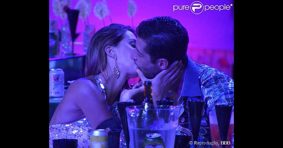 Marcelo e Angela voltam a se beijar na festa do 'BBB 14'
