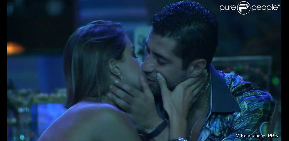 Marcelo e Angela voltam a se beijar na festa do 'BBB 14' após troc