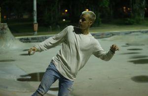 Justin Bieber anda de skate após show no Rio e presenteia fã. Veja fotos!