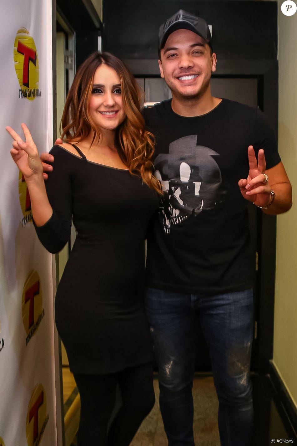 Wesley Safadão posou com Dulce María, ex-integrante da banda 'Rebelde', nesta quinta-feira, 30 de março de 2017