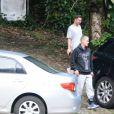 Justin Bieber, após trilha, chega no carro e deixa local