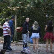 Justin Bieber, após show, faz trilha na Barra e evita cliques com fãs. Fotos!