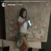 Neymar se diverte ao filmar Bruna Marquezine em pé no sofá: 'Ia pular em mim'