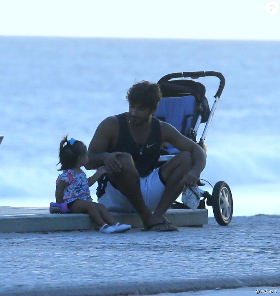Marido de Deborah Secco, Hugo Moura rouba a cena na praia com Maria Flor nesta terça-feira, dia 04 de abril de 2017