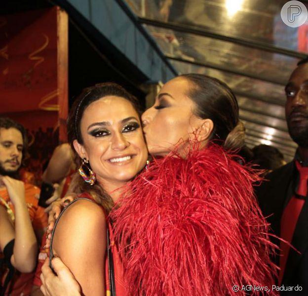 Sabrina Sato dá beijão em Thaila Ayla em encontro de musas no camorate de São Paulo na madrugada deste domingo, 2 de março de 2014