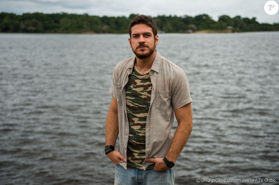 Zeca (Marco Pigossi) passa noite na cadeia e entrega seu caminhão como indenização depois de acertar tiro de espingarda em um barqueiro, ainda que sem intenção, na novela 'A Força do Querer', em 17 de abril de 2017