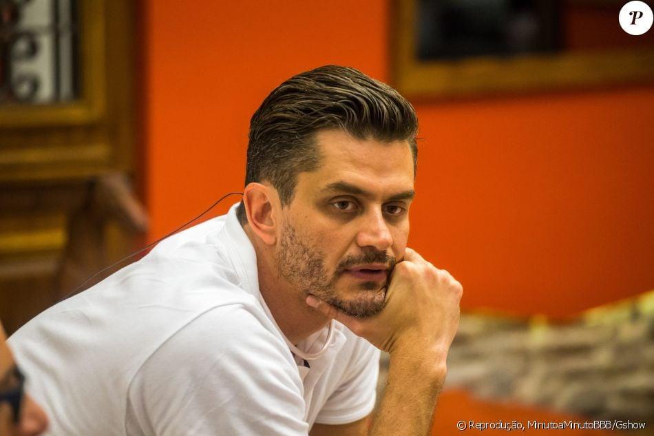Marcos, expulso do 'BBB17', vai ficar confinado em um hotel até o dia da final do reality, na quinta-feira, 13 de abril de 2017