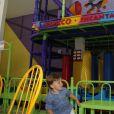 Felipe Simas e o filho, Joaquim, brincam no salão de festas