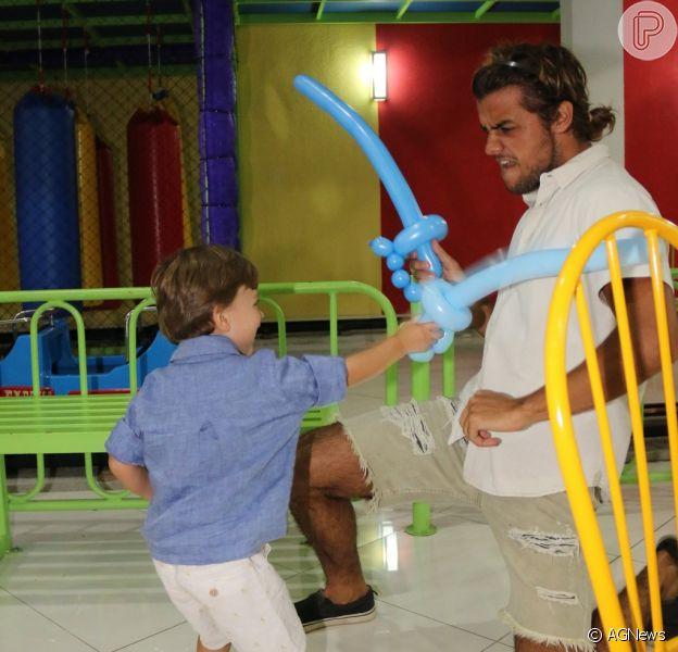 Felipe Simas e o filho, Joaquim, se divertem no aniversário do menino nesta terça-feira, dia 11 de março de 2017