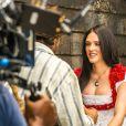 Isabelle Drummond apareceu usando celular nas cenas da novela 'Novo Mundo'