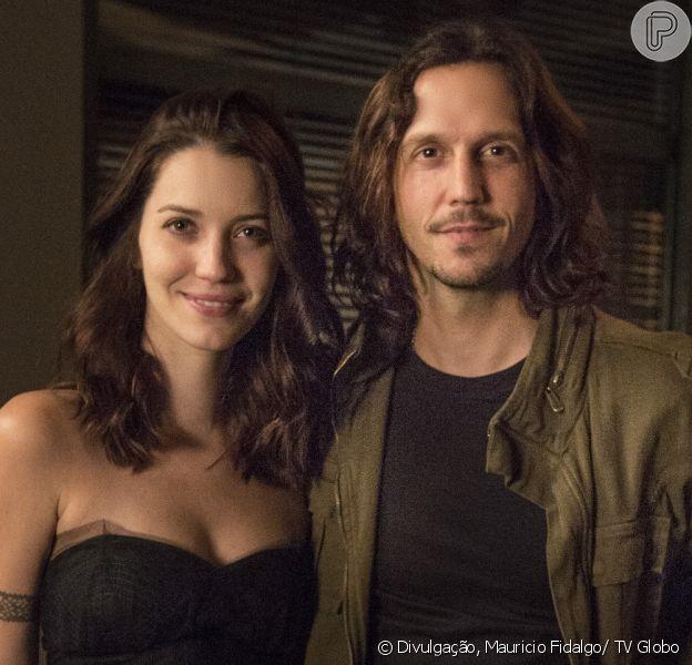Gui (Vladimir Brichta) pede Júlia (Nathalia Dill) em casamento, na novela 'Rock Story', em 26 de abril de 2017