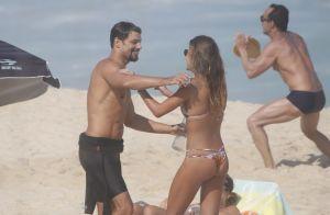 Cauã Reymond troca beijos com a namorada na praia e mão boba chama a atenção