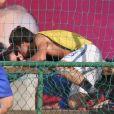 Francisco Vitti comemora gol dando um beijo em Amanda de Godoi