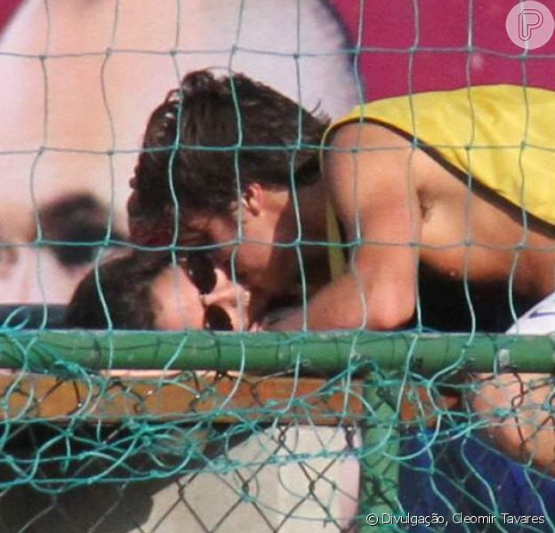 Francisco Vitti beija Amanda de Godoi em jogo neste sábado, dia 16 de abril de 2017