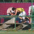 Francisco Vitti abraça Amanda ao fazer um gol na partida entre amigos