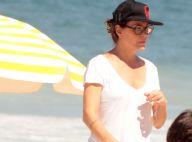 Carolina Ferraz brinca na praia com a filha caçula, mas deixa biquíni em casa
