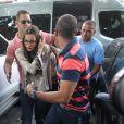 Emilly Araújo, campeã do 'BBB17', chegou na Delegacia Especial de Atendimento à Mulher escoltada por seguranças