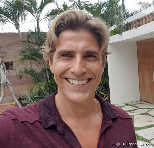 Reynaldo Gianecchini posa com amigo em viagem a África e afirma que os dois não são um casal em foto postada nesta segunda-feira, dia 17 de abril de 2017