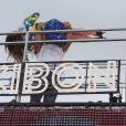 Caio Castro levou a multidão que lotou o circuito Barra/Ondina à loucura ao segurar Alinne Rosa no colo