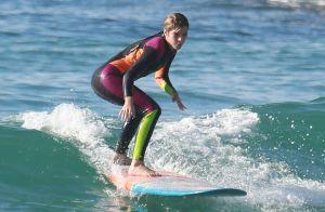 Isabella Santoni exibe habilidade em aula de surfe em praia do Rio. Fotos!