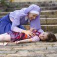 Cecília (Bia Arantes) fica desesperada ao ver Dulce (Lorena Queiroz) desmaiada no chão e a menina, ao acorda, afirma não sentir o braço e reclama de dores na cabeça, no capítulo que vai ao ar terça-feira, dia 25 de abril de 2017, na novela 'Carinha de Anjo'