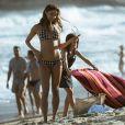Alice (Sophie Charlotte) vai à praia com a família e é fotografada ao fazer topless em protesto, na supersérie 'Os Dias Eram Assim'