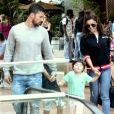 Juliana Paes passeou com os filhos e o marido em shopping carioca