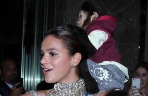 Bruna Marquezine se diverte com macaco no baile da amfAR: 'Ai, meu cabelo'.Vídeo