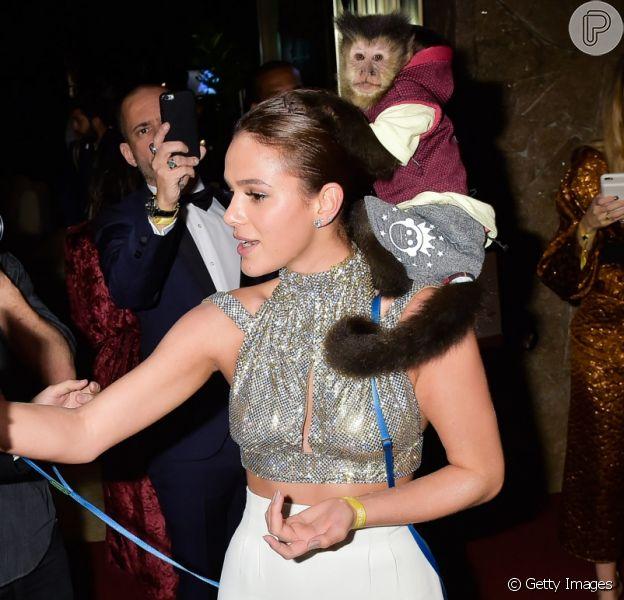 Bruna Marquezine brincou com um macaco ao chegar no baile de gala da amfAR