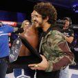 William Patolino recebe abraço de Caio Castro após vitória no  Fight2Night