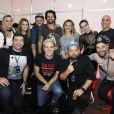 Bruno Gagliasso, Giovanna Ewbank e Giovanna Lancellotti posam com amigos após show do Jota Quest