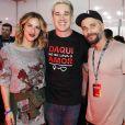 Bruno Gagliasso e Giovanna Ewbank posam ao lado do cantor Rogério Flausino, vocalista do grupo Jota Quest