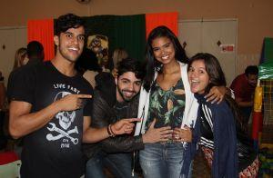 Grávida, Aline Dias é paparicada por amigos e namorado em evento no Rio. Fotos!
